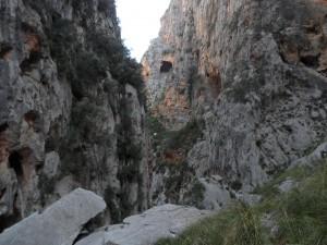 La cova del Soldat Pelut, des de l'Entreforc.