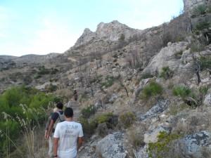 Arribada a la vall de Sant Josep, amb el puig de la Trapa (472m) al fons.