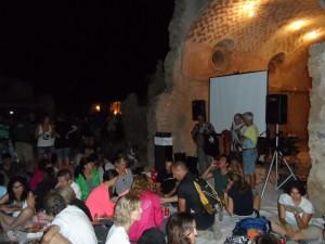 Un públic nombrós omplia l'esplanada de les cases de la Trapa, davant la capella.