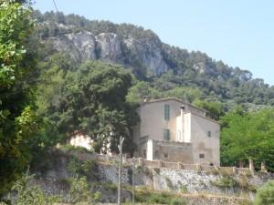 Son Mas és una possessió que ja apareix documentada en el segle XVI. A l'actualitat té una superfície de 44 hectàrees.