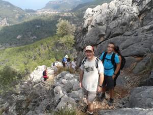 Perspectiva del camí de pujada per la carena oest, amb el grup i el poble de Valldemossa al fons.