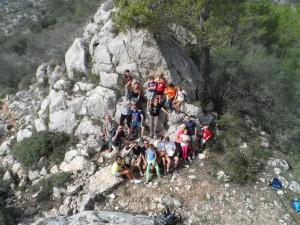 """Famílies amb encant a """"l'ensopegada del gegant"""", prop del puig d'en Claret, a mitjan Serra de Galdent."""