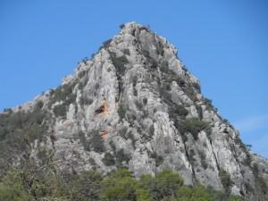 Encara són visibles sobre les roques de la muntanya la marca de les rodes de la carrossa del rei en Jaume quan perseguia les bruixes dalt del puig.