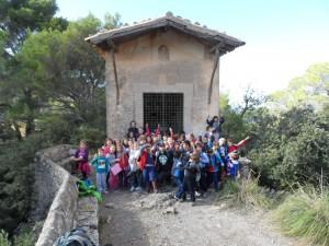 El grup d'alumnes de tercer de primària del CEIP Urbanitzacions davant la capella del penyal de la Beata.