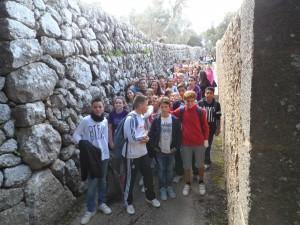 L'estret carreró que dóna accés a l'esplanada de l'ermita de la Trinitat.