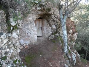 Cova del Beat Ramon, conté un baix relleu del segle XVII.