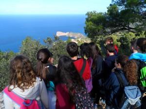 """Els alumnes comproven que el mirador dels Tudons """"és d'on més bé se colombra Miramar""""."""