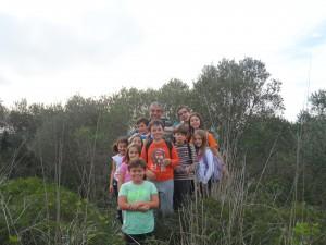En el cim del puig de Llodrà, de 300 metres d'altitud, amb els més joves de l'excursió.