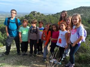 La colla de joves 'fiters' aproximant-se a Sa Roca des Castellet. Tot hi pujaren dalt d'aquest queixalot de llegenda!