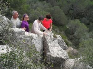 En Miquel, n'Aina, en Pepe i na Marifé superant un dels passos de Sa Roca des Castellet.