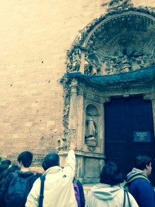 Portal de l'església de Sant Francesc. A dalt a l'esquerra, Ramon Llull i 'la mata escrita'.