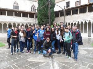 El grup d'alumnes de 3r i 4t d'ESO en el claustre de Sant Francesc de Palma.