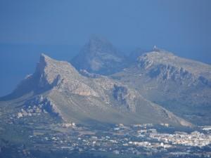 El Pal de Formentor (434m) entre el Morral (353m) i la Talaia d'Albercutx (381m).