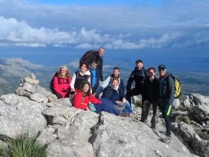 Les famílies 'alta ruta' en el cim de la Cuculla de Fartàritx (711m).
