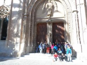 Al portal principal de la Llotja (S.XV), obra emblemàtica del Gòtic civil.