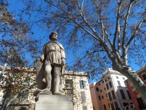 Estàtua dedicada al navegant mallorquí del segle XIV Jaume Ferrer a la plaça de les Drassanes.