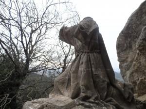 Estàtua de Ramon Llull a la cova del beat a Cura, molt malmesa per les lluites entre defensors i detractors del gran filòsof i teòleg mallorquí.