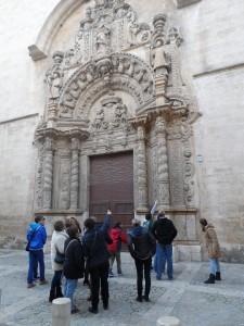 Cercant en Caragol i en Dragó a la façana barroca (1683) de Montision.