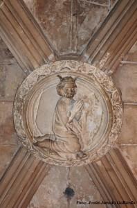 Jaume I orant de genolls, a la clau de la volta de creueria de l'entrada a la capella de la Trinitat.