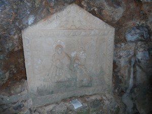 Relleu del segle XVII a la cova del beat Ramon Llull.