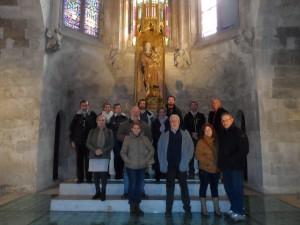 El grup als peus de Nostra Dona de la Seu, a la Capella de la Trinitat.