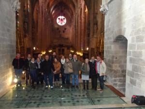 El grup a la Capella de la Trinitat, amb la nau central de la Seu al darrere.