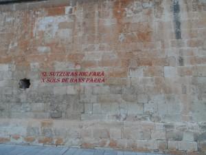 """El ban mural del segle XIV de la Seu, una advertència molt antiga per a la gent incívica. """"Qui faci brutors aquí, deu sous de multa pagarà""""."""