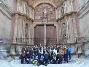 """El grup d'alumnes de 2n d'ESo de la Puresa d'Inca davant el portal major de la Seu (1592-1601). """"non est factus tale opus in Universis Regnis/ no hi ha obra igual a tot el Regne Universal""""."""