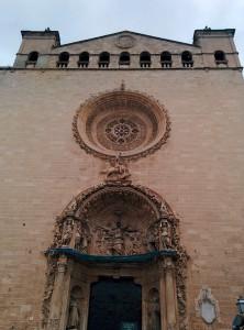 Sant Jordi i el drac a la façana del portal major de Sant Francesc.