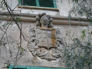 Escut dels Fortuny-Moragues, propietaris de la possessió a començament del segle XX.