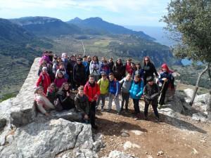Els alumnes de 5è i 6è de primària en el mirador de na Torta, amb les seves mestres, Lourdes, Marga i Cati.