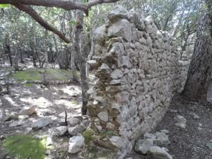 Part del recinte emmurallat del segle XVII que envolta una de les dues 'ermites velles' de Valldemossa.