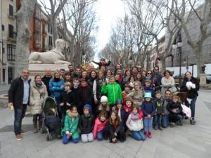Amb el grup de famílies en el passeig del Born, on sabérem de la història del 'Saló de la Princesa' i de les 'Lleones del Born'.