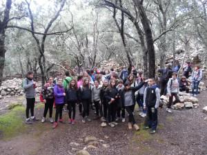Els alumnes a les ermites velles, fundades pel Pare Castañeda en el segle XVI a Valldemossa.