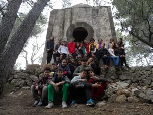 Amb els alumnes de 1r de primària a la capella del Puig del Verger, prop de les ermites velles de Valldemossa.