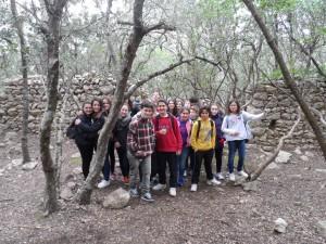 El grup d'alumnes de Santa Mònica a l'interior del recinte més modern, de mitjan segle XVII, de les ermites velles de Valldemossa.