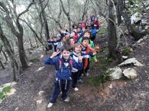 El grup d'alumnes de 1r de primària de Pius XII en el camí que va d'en Penyalot a Ses Mossetes, a la Comuna de Valldemossa.