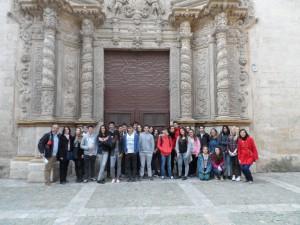 El primer grup davant el portal major de l'església de Monti-sion.