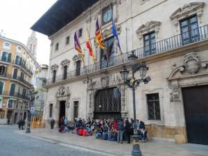 Els alumnes esperant davant l'Ajuntament de Palma la sortida per fer l'itinerari per grups.