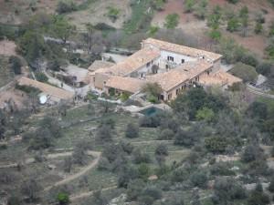 """Les cases de son Ferrandell des de """"s'Espoló"""" de la Mola."""