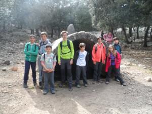 Els més joves del grup  a l'aljub de la Mola de son Ferrandell.