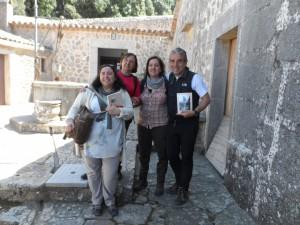 Amb les professores d'ESO, Coloma, Maria Antònia i Rosa, a la clastra de l'ermita de la Trinitat.