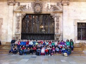 Amb els alumnes de primària del CEIP Ariany en el banc del 'sinofós' abans d'iniciar l'aventura per les llegendes i històries de Palma.