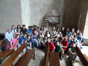 El grup d'alumnes de 5è de primària davant el sepulcre de Guillem de Torrella a l'església de Santa Margalida (Palma) amb el seu tutor, Jaume Oliver, i Ramon Rotger, director d'esdeveniments del Centre d'Història i Cultura Militar de les Balears.