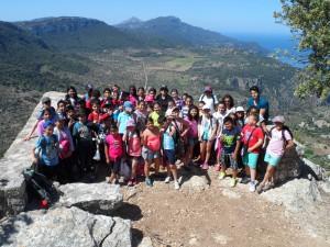 Els alumnes de 5è de primària del CEIP Escola Graduada de Palma i les seves mestres en el mirador de na Torta (Son Moragues, Valldemossa).