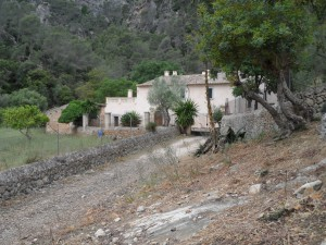 Les cases de la possessió de Son Pou, allà on comença el congost del torrent que té el seu orígen a les terres de Comassema, a la vall d'Orient.
