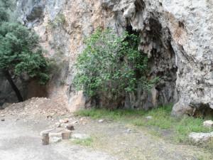 Just sobre el camí que s'endinsa per l'espès bosc de Coanegra hi trobam el pou que abasteix d'aigua totes les possessions de la vall.