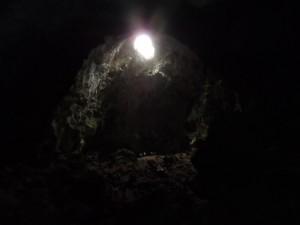 L'interior de l'Avenc de Son Pou i l'ull -a setanta metres d'altura- per on antigament hi accediren els primers aventurers el 1824 i el 1859, dues vegades en aquest darrer any.