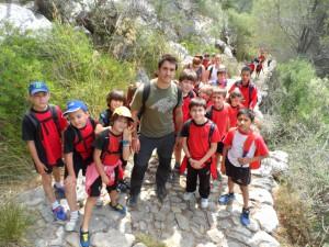 Nando Mesquida i els seus alumnes de 4t a la Costa Llarga del camí vell de Lluc.