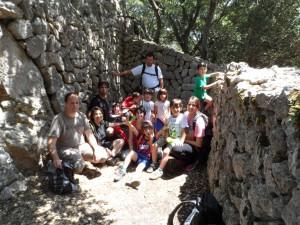 Amb les famílies de l'Apima Gabriel Comas i Ribas dins la barraca d'en Penyalot.